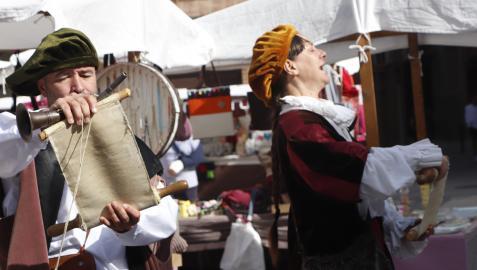 Actores ataviados como en la época barroca se dirigen al público que acudió al mercado de la plaza de España