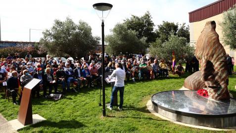 Un momento del acto inaugural con la escultura del parque