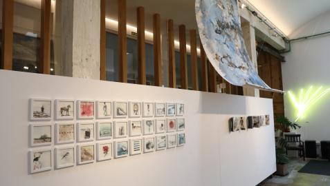 Obras de pequeño formato conviven con la primera instalación de Fermín Alvira, una pintura sobre tela suspendida  en el aire.