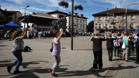 Hubo muchas personas que se animaron a bailar en la plaza de los Fueros de Elizondo