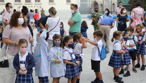 Alumnos y padres del colegio Vedruna de Pamplona, en el primer día del presente curso