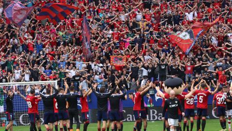 Afición y jugadores, cara a cara, en el clásico cántico tras los partidos en El Sadar para celebrar una victoria in extremis