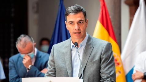 El presidente del Gobierno, Pedro Sánchez, ofrece una rueda de prensa junto al Gobierno de Canarias, Ángel Víctor Torres, en la sede del Cabildo Insular de La Palma