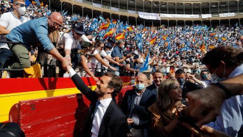 Pablo Casado saluda a los simpatizantes en la plaza de toros de Valencia en el cierre de la convención del PP