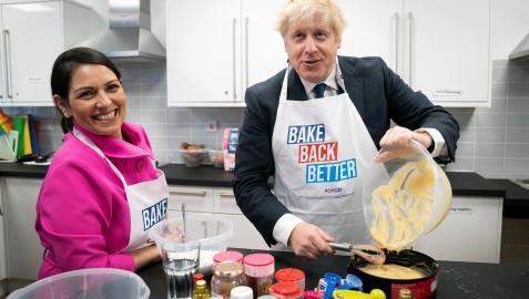 El primer ministro británico, Boris Johnson, y la ministra del Interior, Priti Patel, visitan un centro de reunión para jóvenes en Manchester