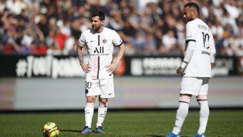 Neymar y Lionel Messi, antes de un libre directo, en el partido frente al Rennes
