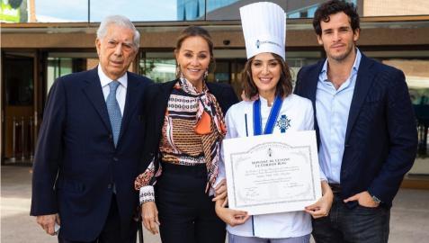 Tamara Falcón, el día de su graduación en Le Cordon Bleu, junto a su novio, su madre y el novio de esta
