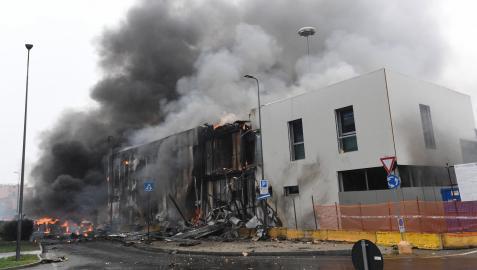 Ocho personas han fallecido después de que la avioneta en la que viajaban chocase contra un edificio de oficinas vacío en Milán