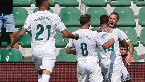 El delantero argentino del Elche, Dario Ismael Benedetto (d) celebra su tanto contra el Celta de Vigo