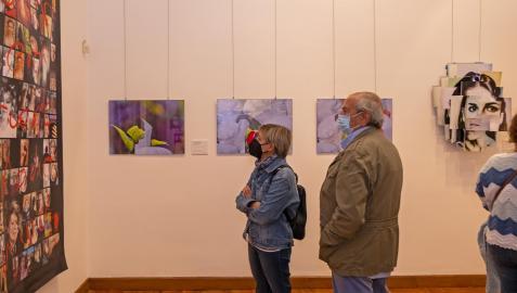 El público se interesa por las exposiciones que pueden visitarse en la Casa de Cultura de Estella durante el mes de octubre