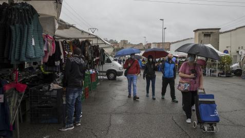 Los asistentes ayer al mercadillo de Landaben pudieron disfrutar de unas medidas sanitarias más relajadas, a pesar del mal tiempo