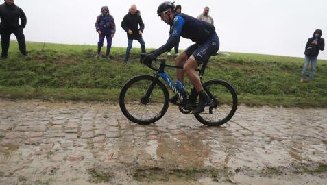 Imanol Erviti, en uno de los tramos adoquinados de la Roubaix, que ayer estaban embarrados