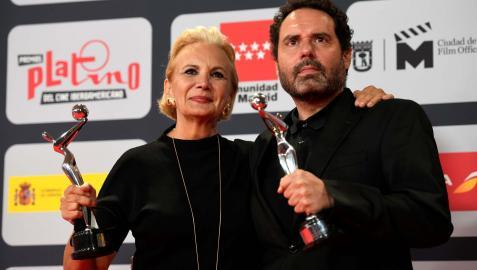 Elena Irurita y Aitor Gabilondo ('Patria'), con sus respectivos premios