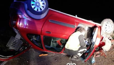 El vehículo ha quedado totalmente atravesado en la calzada tras volcar