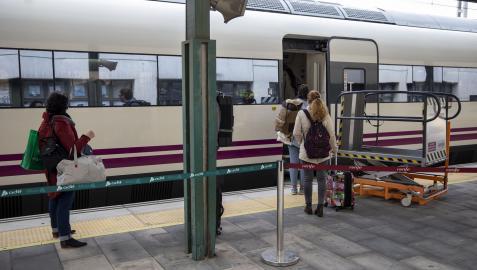 Viajeros suben a un tren en la estación de Pamplona