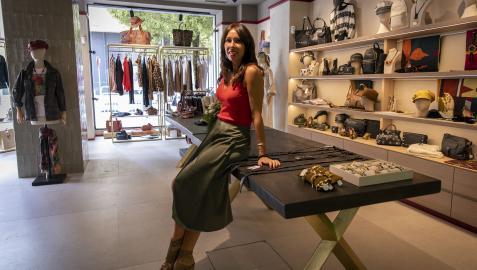 Sara Bellido, en la tienda Damisela en Apuros, en el chaflán entre Paulino Caballero y Castillo de Maya