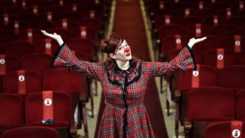 Virginia Senosiain, promotora del festival, vestida y maquillada como payasa en el Teatro Gayarre, donde estrenará la obra De Cómo MeryBeth destronó a Mc.Awen