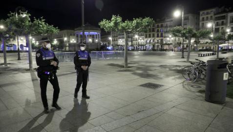 Dos agentes municipales patrullan por Pamplona