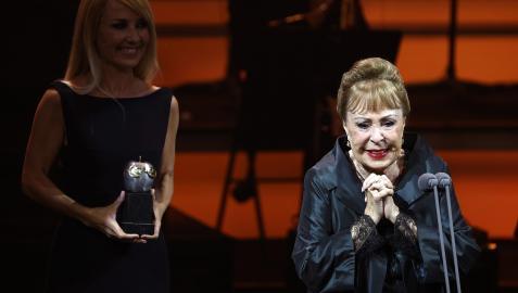 Una emocionada Gemma Cuervo agradece al público el galardón durante la gala ene l teatro Arriaga de Bilbo