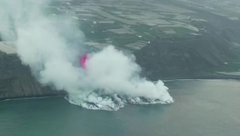 La lava le ha ido ganando terreno al mar y ha formado un deltaque de momento suma unos 500 metros de ancho a lo largo de la costa.