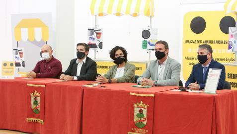 Raúl Salanueva, jefe de la Sección de Residuos; José Arrancudiaga, de Ecoembes; la consejera Itziar Gómez; el alcalde Óscar Bea; y el presidente de la Mancomunidad de la Ribera, Fernando Ferrer