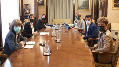 La presidenta Chivite frente al presidente de AJE Navarra, Alberto Alonso y el resto de la junta directiva de la asociación