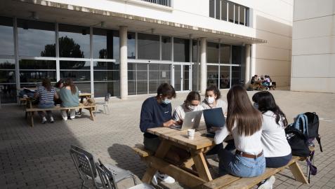 Varios alumnos del Campus de la UPNA de Tudela estudian en el espacio exterior de la instalación