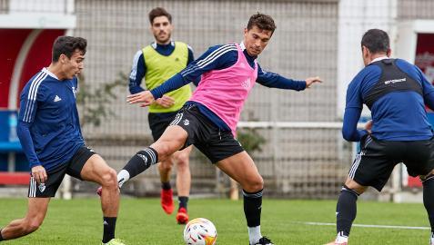 Torró busca el pase ante la presión de Manu Sánchez y Kike García con Nacho Vidal al fondo