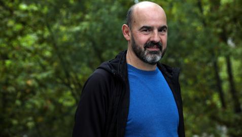 César Monasterio, entrenador del Subiza, posa junto al río Arga a su paso por Huarte