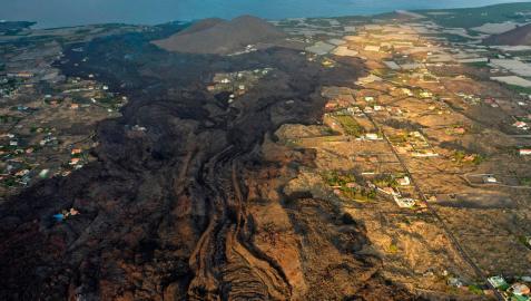 Imagen aérea facilitada por el Cabildo de La Palma, tomada este martes, que muestra el curso de la colada hacia el mar por el valle de Aridane y la costa de Tazacorte