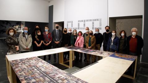 El director general de Cultura acompañado de responsables del Museo de Navarra, artistas participantes en la exposición, y miembros de la comisión asesora