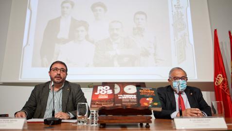Unai Hualde y Luis Sabalza en la presentación del libro 'Y el tiempo se detuvo. Natalio Cayuela: Osasuna y Justicia'