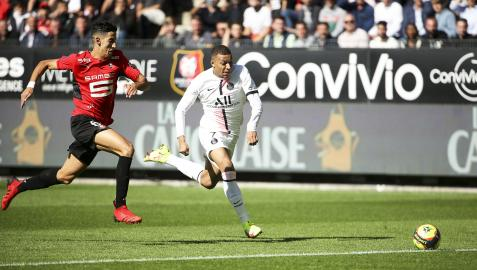 Kylian Mbappe se marcha del jugador del Rennes, Nayef Aguerd, durante un encuentro de liga