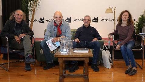 Desde la izquierda, Patric de San Pedro (Takatuka), Pablo Larraguíbel (Ekaré), Fernando García (Libros del Zorro Rojo) y Arianna Squilloni  (A buen paso), el lunes en la librería pamplonesa Katakrak