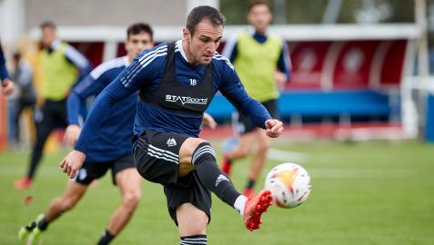 Kike García controla el balón en un momento del entrenamiento del martes