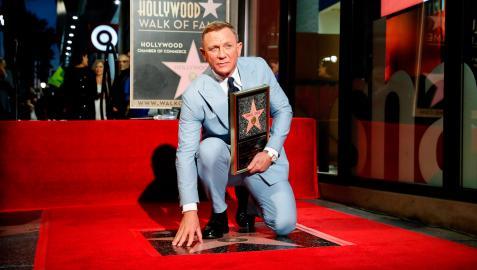 El actor Daniel Craig posa con su estrella en el Paseo de la Fama