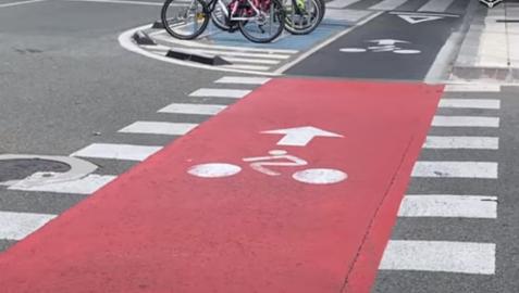 El color rojo alerta a los conductores de los vehículos a motor que por ese lugar atraviesa una vía ciclista