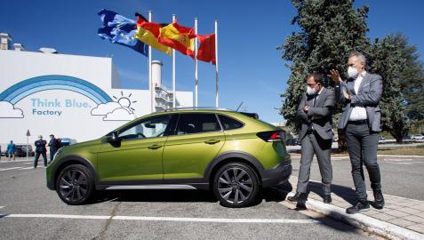 El presidente de Volkswagen Navarra, Markus Haupt (a la derecha), enseña el Volkswagen Taigo al secretario general de Industria, Raül Blanco