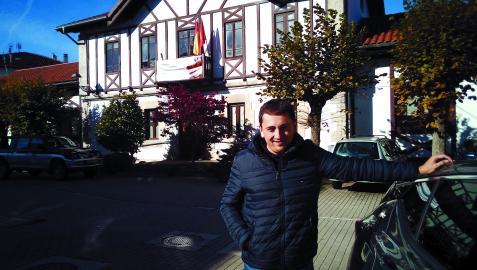 Gorka Azpiroz Razkin, ayer delante del Ayuntamiento de Lekunberri