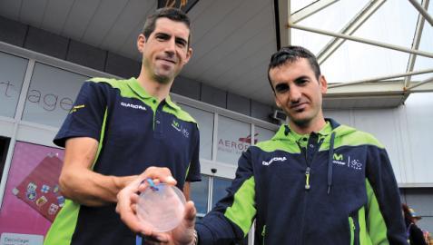 DOS BUENOS VETERANOS QUE SE REENCUENTRAN. Imanol Erviti, junto con Gorka Izagirre en el aeropuerto de Biarritz tras un Tour de Francia de 2015. En la temporada 2022 ambos aportarán experiencia al equipo BIARRIZ