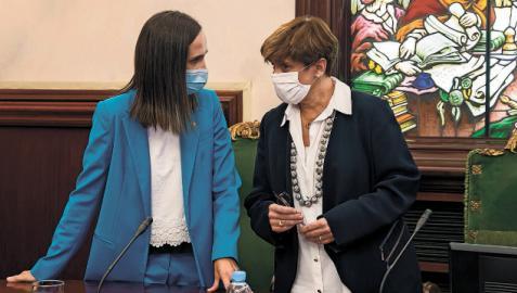 Las concejalas de NA+ María Echávarri (izq.) y Ana Elizalde conversan este jueves antes del pleno