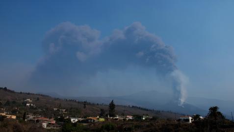 El cambio de viento lleva las cenizas del volcán hacia el aeropuerto de La Palma
