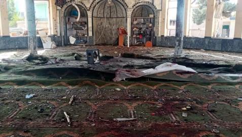 Destrucción causada en el lugar de la explosión de una bomba en una mezquita de musulmanes chiítas en Kunduz (Afganistán)