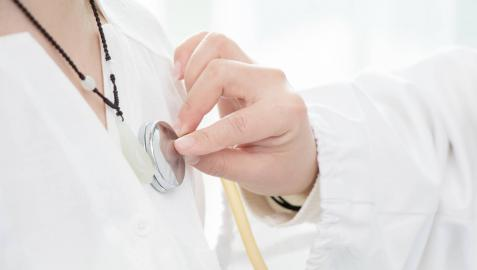 Un profesional explora a un paciente