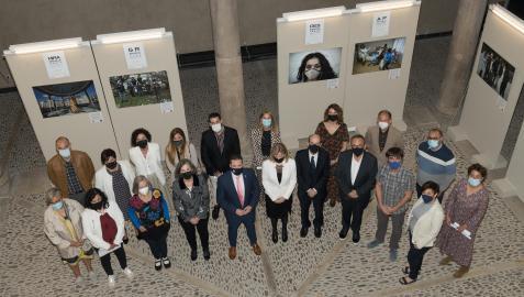Autoridades y alumnos que recibieron sus diplomas tras concluir sus estudios el curso pasado en el centro de la UNED de Tudela