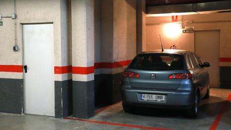 Imagen de un vehículo aparcado en un garaje comunitario ajeno al caso de la sentencia