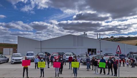 Un momento de la protesta de familias con hijos transportados a la escuela de zona de Abárzuza