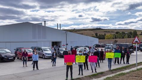 Concentración de protesta contra la extraescolares en la escuela de Abárzuza