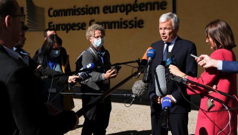 El comisionado europeo de Justicia, Didier Reynders, atiende a los medios tras conocer la postura del Tribunal Constitucional polaco
