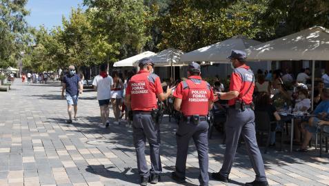 Agentes de la policía foral patrullando